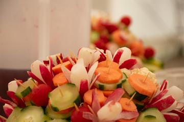 Présentoir de légumes crus en morceaux