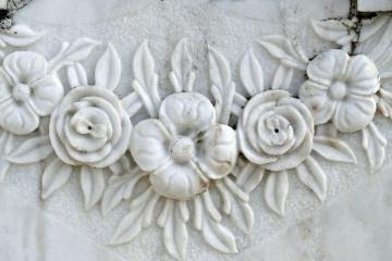 Fleurs en marbre sculpté
