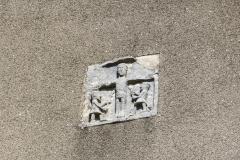 Christ en croix en pierre sculptée