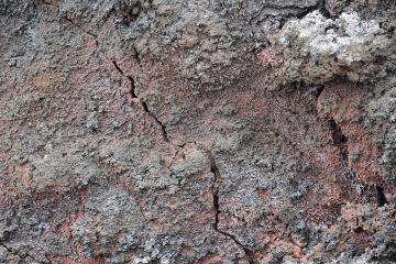 Fissure dans de la lave solidifiée