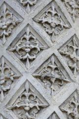 Colonne à fleurs de lys sculptée