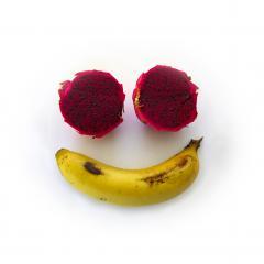 Visage stylisé avec des fruits