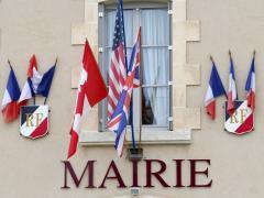 Drapeaux en façade de mairie