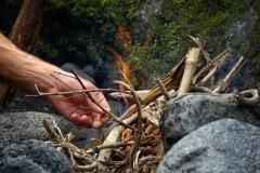 Allumage d'un feu de bois en pleine nature