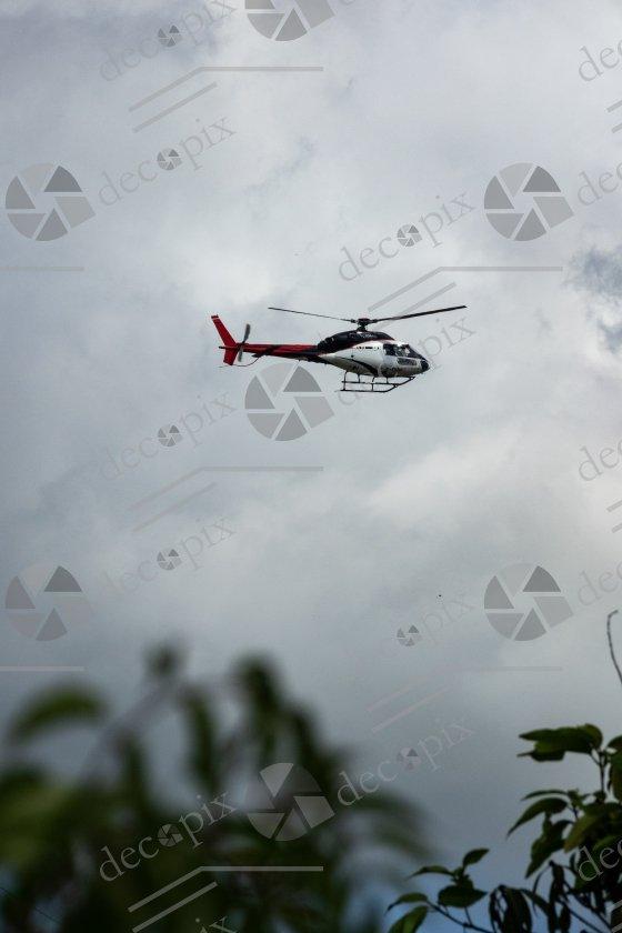 Hélicoptère en vol stationnaire