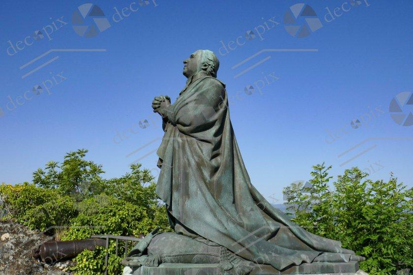 Ecclésiastique en prière devant Notre Dame de France