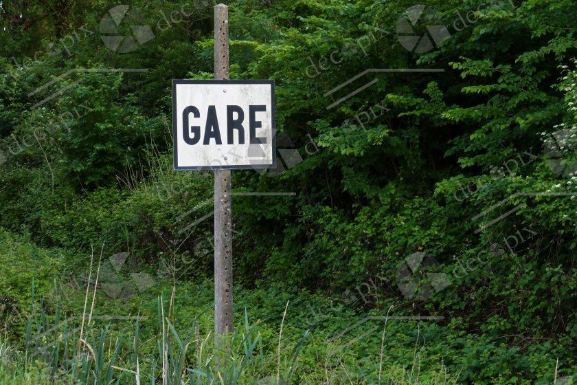 """Panneau signalétique """"Gare"""" sur fond végétal"""