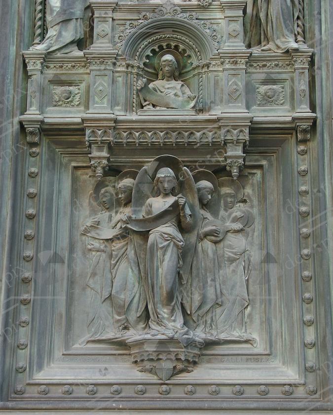 Bas-relief sur une porte d'église - Italie