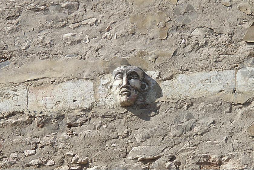 Tête incrustée dans la muraille du château d'Estremoz