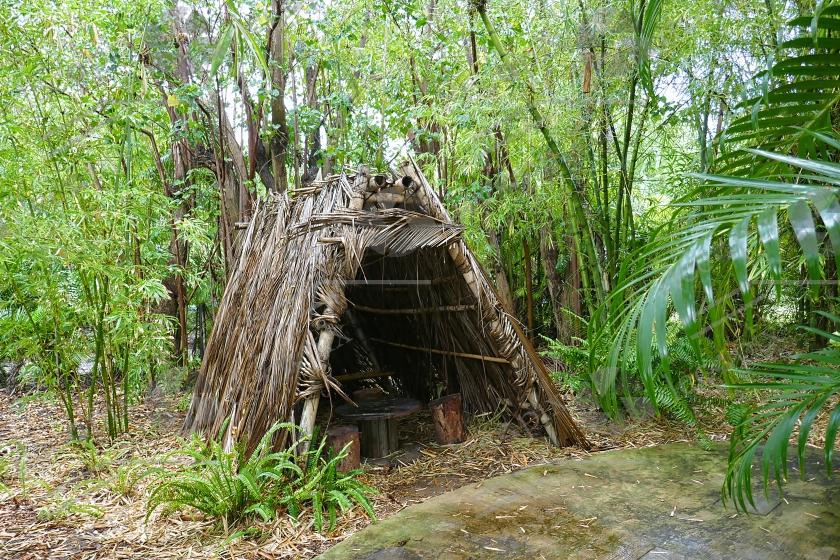 Hutte en paille et une structure en bois