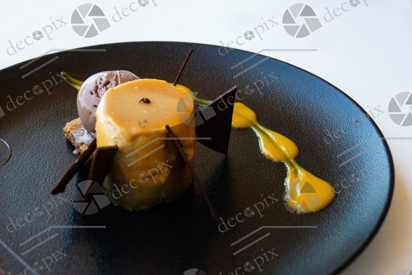 Assiette de dessert soigneusement dressée