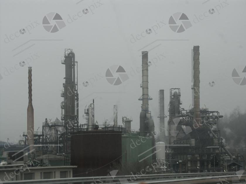 Cheminées d'un site industriel lourd dans le brouillard