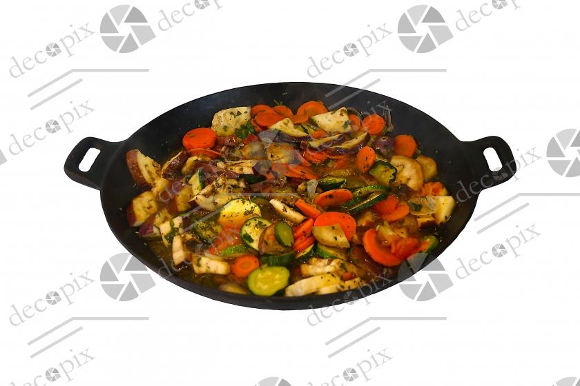 Wok contenant des légumes cuits sur fond blanc