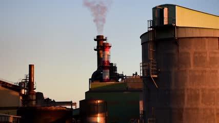 Cheminées de l'usine du Gol au coucher du soleil - Ile de la Réunion